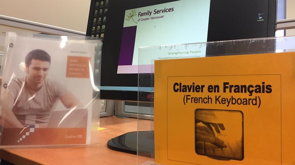 Au centre de services à l'emploi du centre-ville de Vancouver, un poste de travail est destiné aux francophones avec un clavier en français