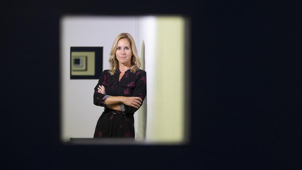 Elle est debout dans ses bureaux de Workland.