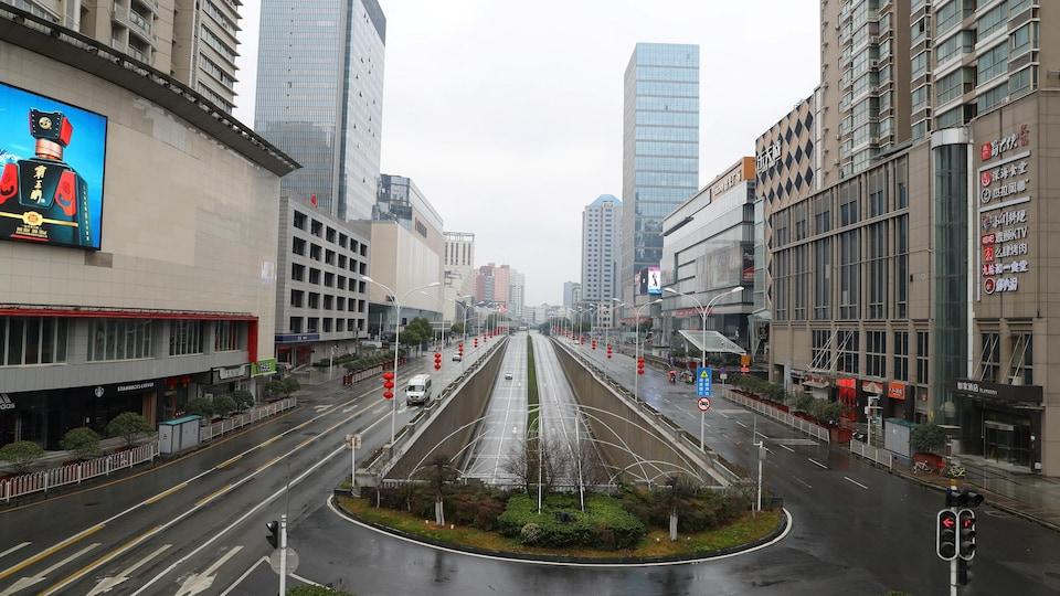 Une photo prise en plein jour montre des rues et des trottoirs désertés au milieu de gratte-ciel.