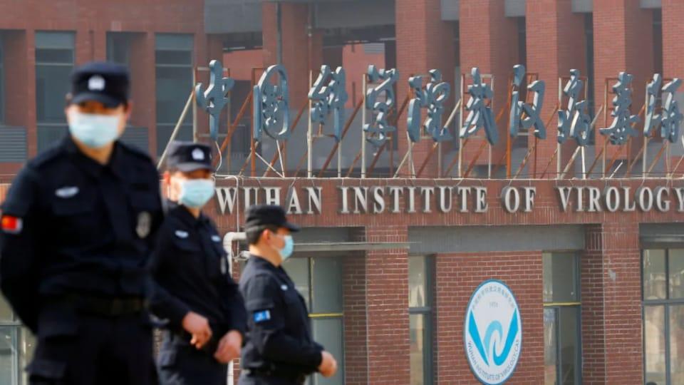 Des policiers devant l'Institut de virologie de Wuhan, en Chine.