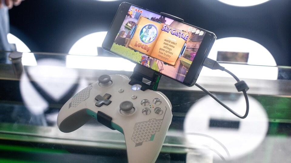 Une manette Xbox attachée à un téléphone mobile.