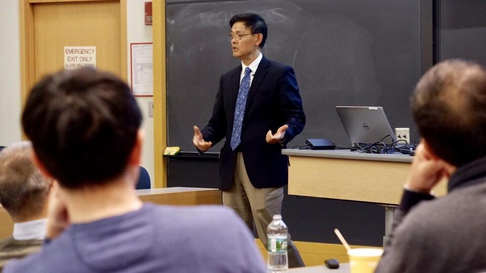 Le professeur Xiaoxing Xi participe à une conférence au MIT sur les défis auxquels font face les chercheurs chinois aux États-Unis.