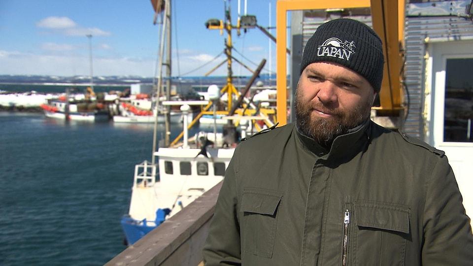 Yan Tremblay sur le quai des pêcheurs à Sept-Îles