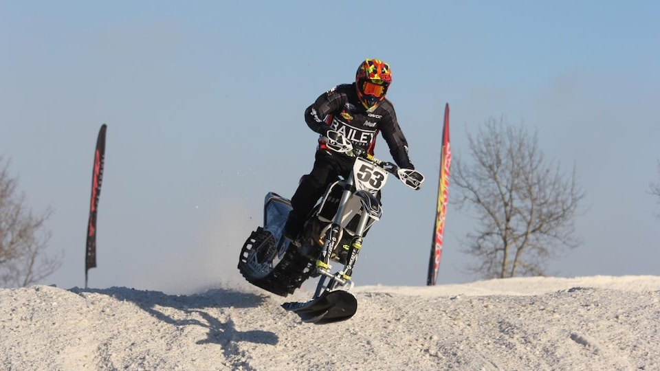 Un coureur de Snow Bike.