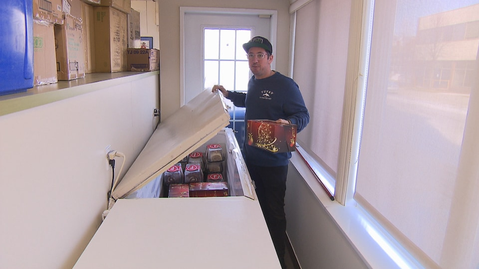 Yannick Grohman qui tient une bûche de Noël.