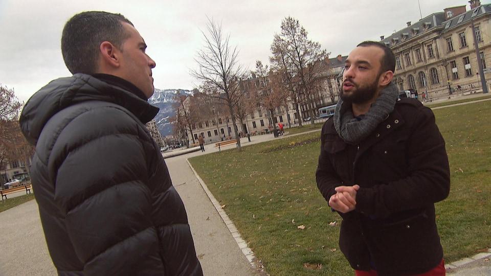Olivier Lemieux et Yann Mongaburu discutent dans le centre-ville de Grenoble.