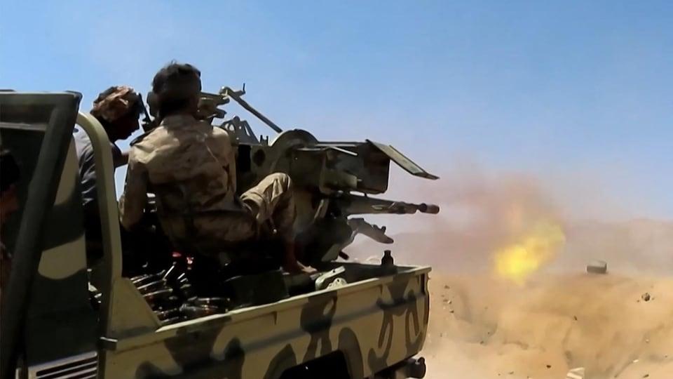 Des combattants progouvernement yéménite soutenu par l'Arabie saoudite font feu contre les forces rebelles houthis dans la région d'al-Kassara, au nord-ouest de Marib.