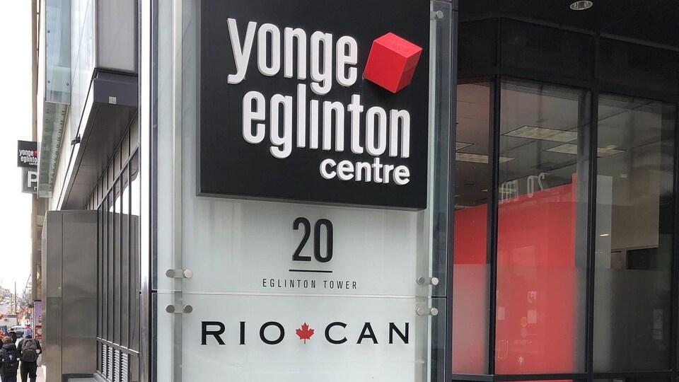 L'affiche extérieure du Yonge Eglinton Centre, au 20, Eglinton Ouest à Toronto.