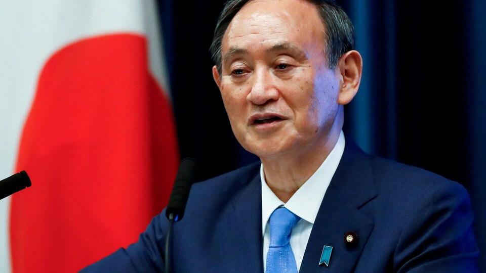Yoshihide Suga donne une conférence de presse sur la COVID-19.
