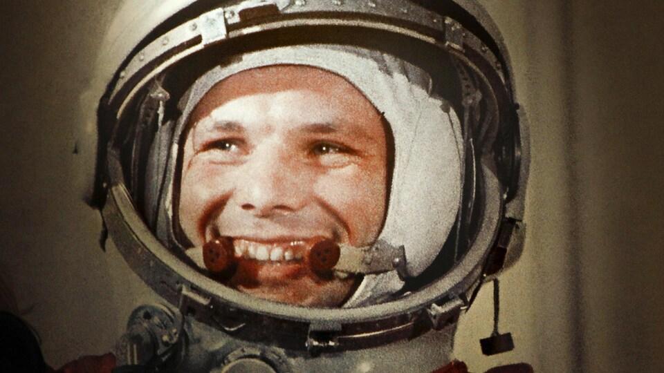 Gros plan sur le visage de Youri Gagarine.