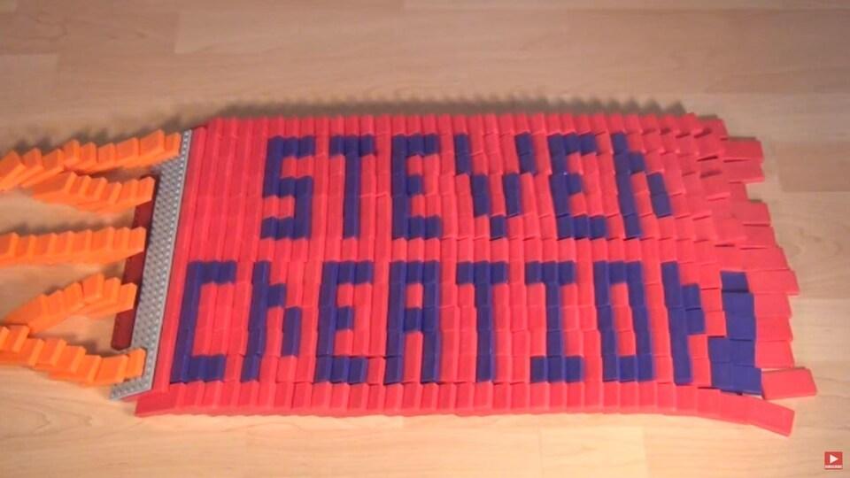Des dominos qui tombent pour écrire le nom de Jacob Stever.