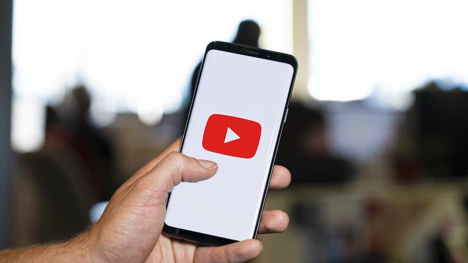 Un téléphone avec le logo de YouTube.