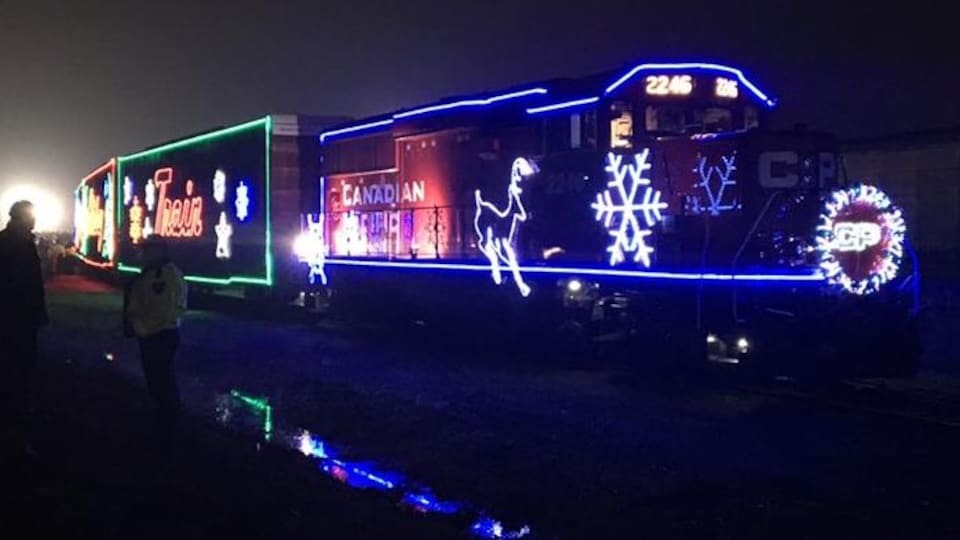 Un train illuminé de motifs de Noël