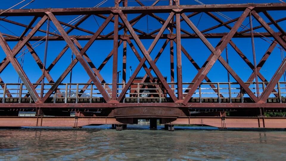 De l'eau très élevée sous un pont.