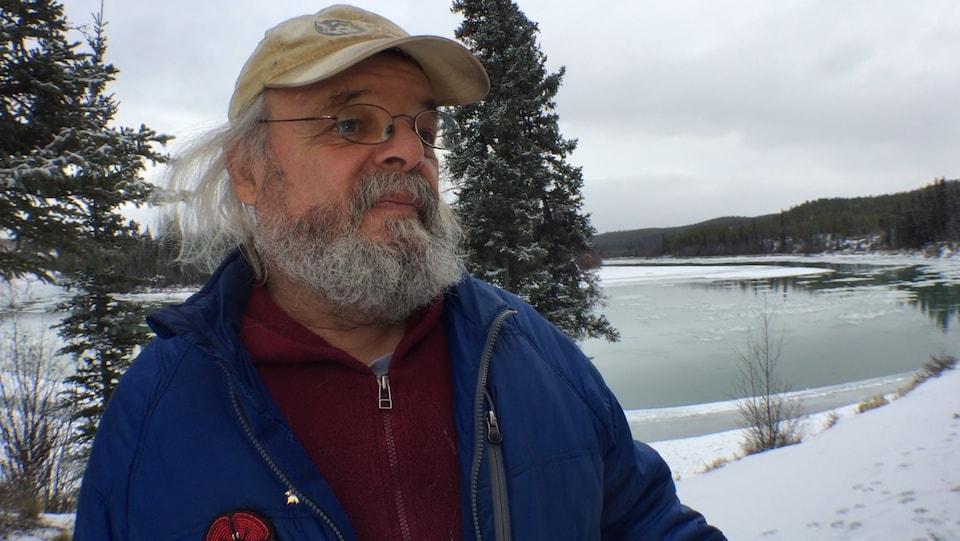 Frank Turner devant une rivière en hiver.