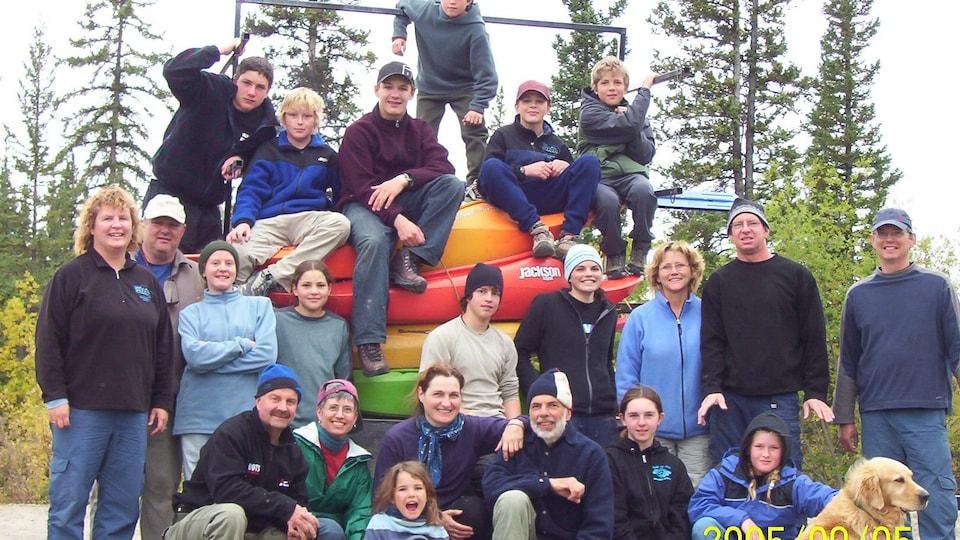 Photo d'archives d'un groupe de familles sur une pile de kayaks.