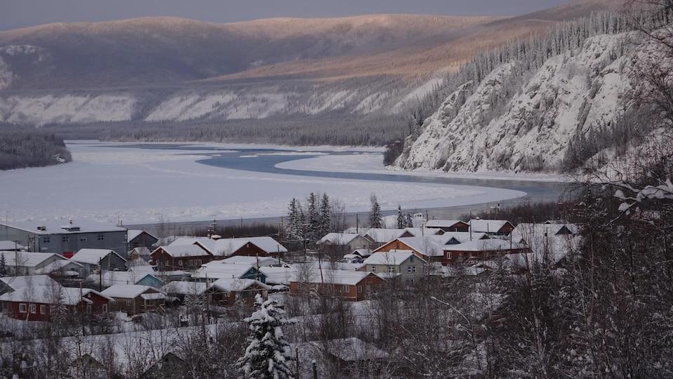 vue d'ensemble de Dawson et du fleuve ouvert