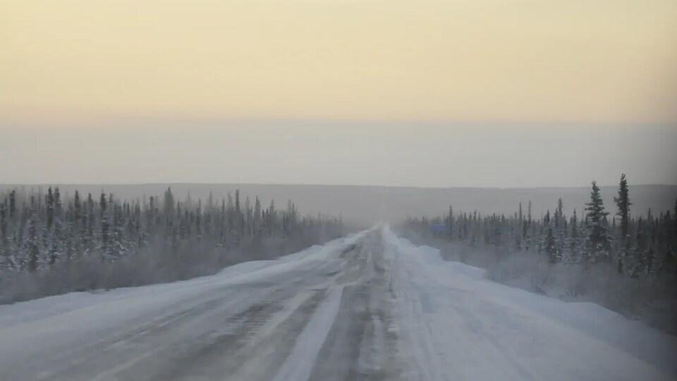 Une route cahoteuse dans un paysage d'hiver.