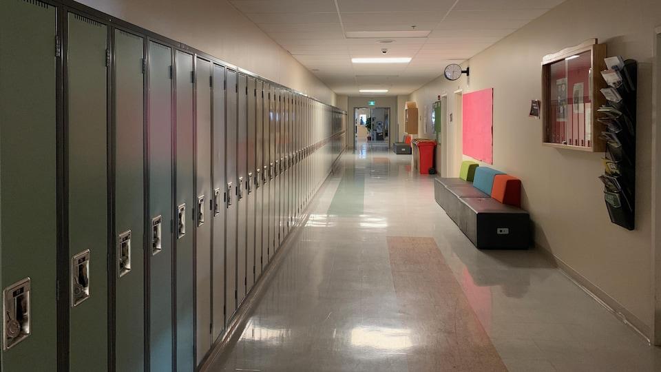 Un couloir vide avec des casiers dans une école.