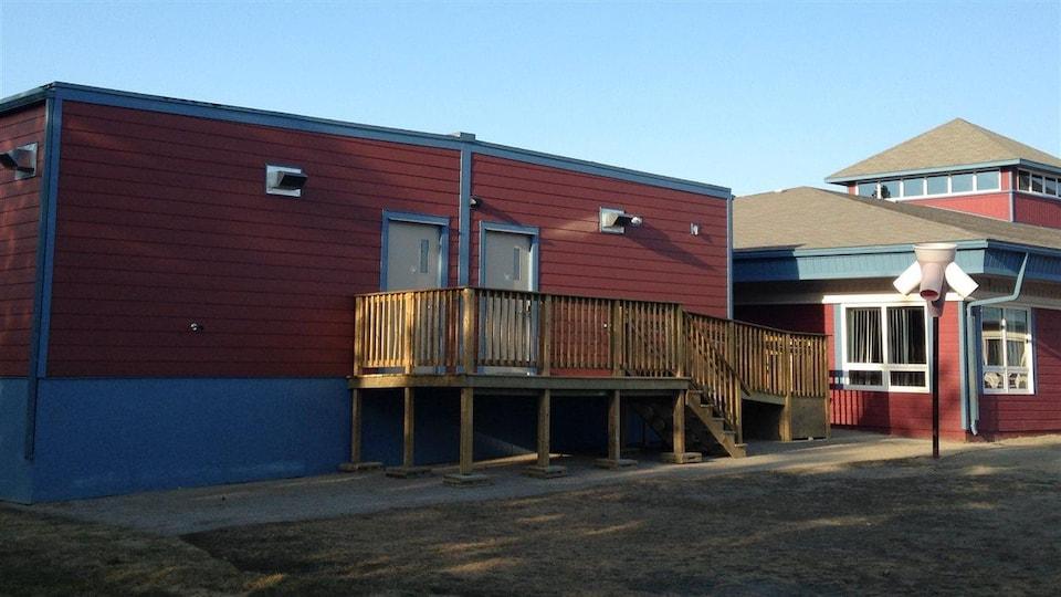 Deux salles modulaires contiguës à côté de l'école.