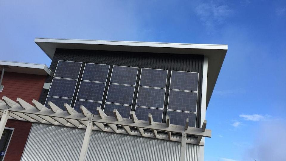 Des panneaux solaires sur la façade d'un bâtiment.