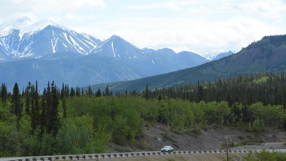 Paysage montagneux traversé par une route.