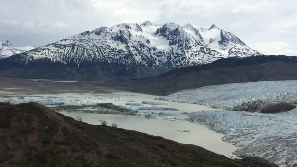 photo prise du sol du pied du glacier Llewellyn avec de gros morceaux qui flottent devant