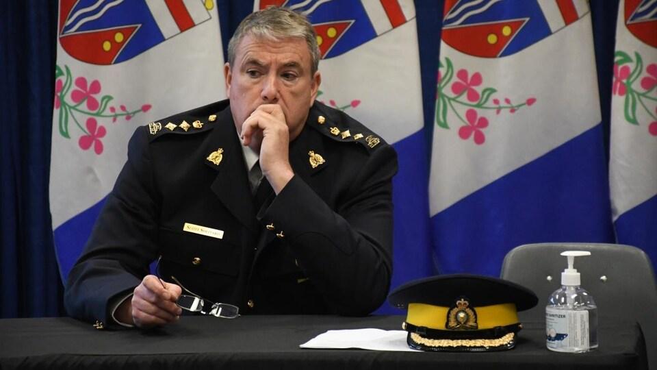 Scott Sheppard, la main sur la bouche, lors d'une conférence de presse.