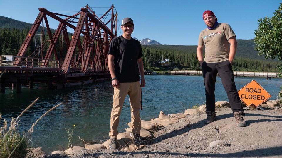 Jeremy Liamon et Patrick Brown posent devant le pont de la White Pass.
