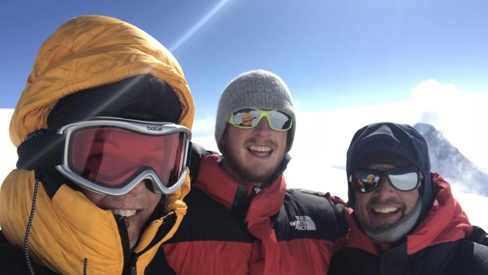 Monique Richard avec Guillaume et Stéphane Gagnon sur la montagne