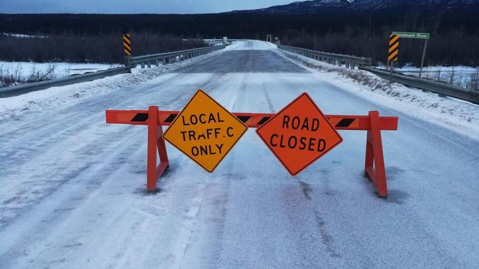 pancarte indiquant la fermeture d'une route