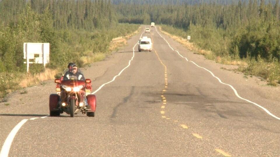 route de l'Alaska avec beaucoup de bosses