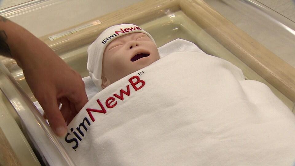 Un mannequin ayant l'allure d'un nouveau-né.