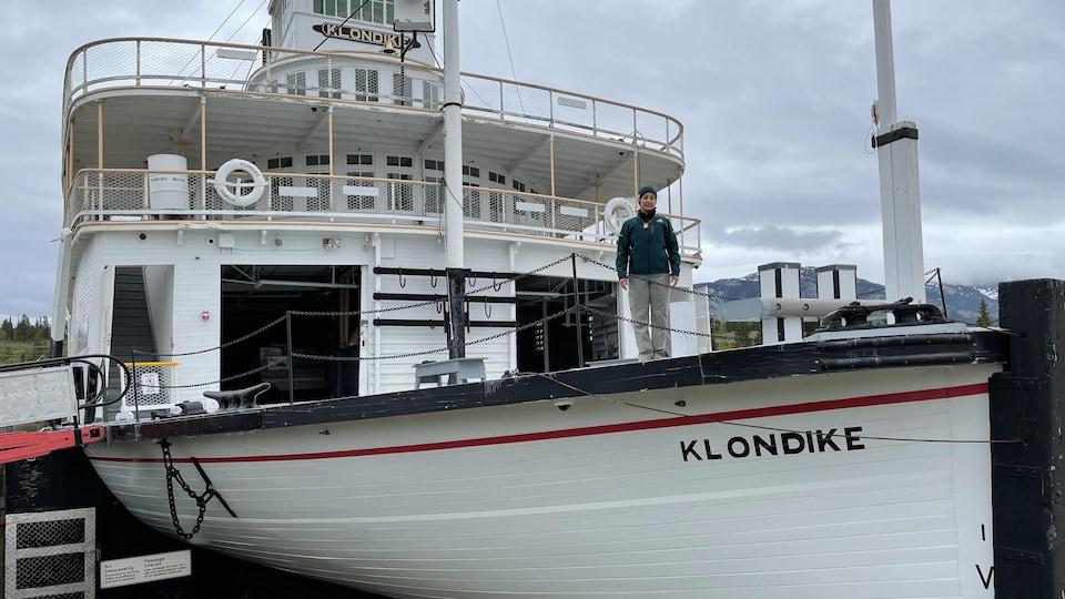 Plan extérieur du S.S. Klondike avec Stella Patera sur le pont.