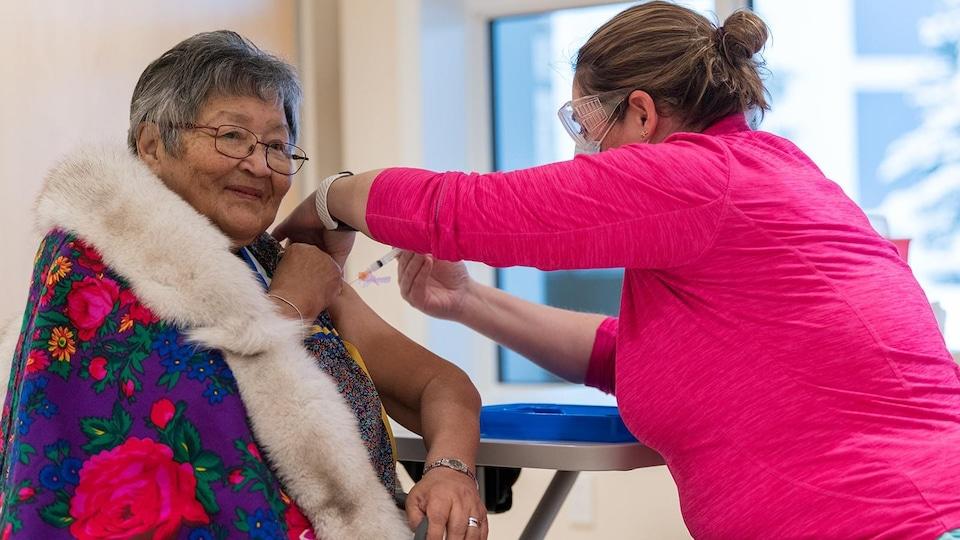 Agnes Mills en train de se faire vacciner.