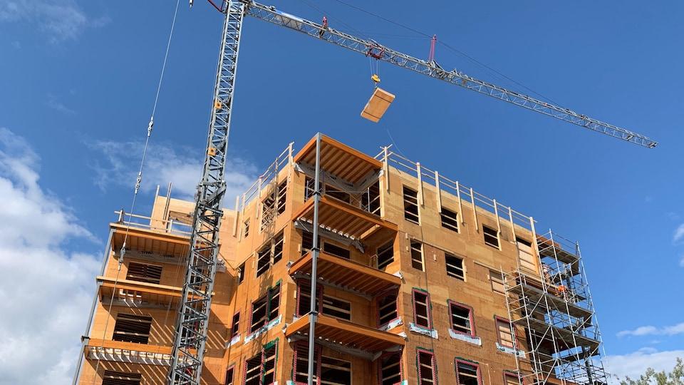 Un édifice en construction avec une grue mécanique.
