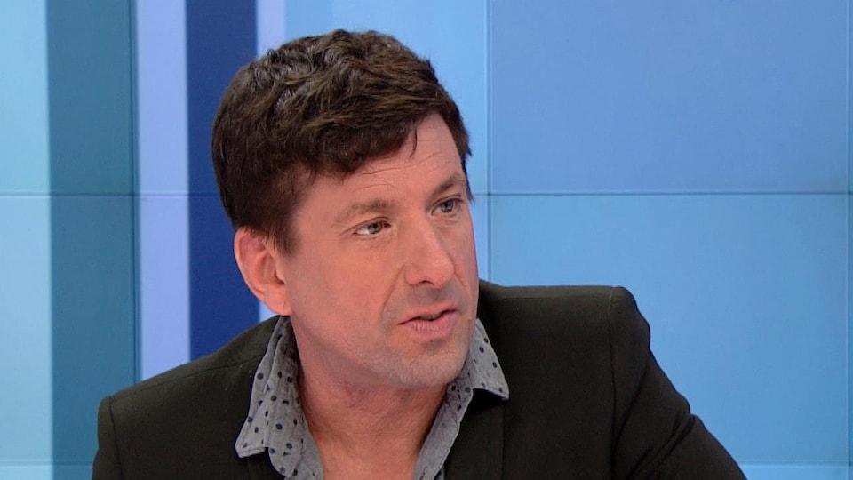 Le chroniqueur Yves Boisvert en entrevue sur le plateau de l'émission Isabelle Richer