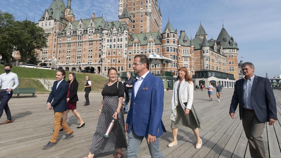 Le chef marche en compagnie de candidats.
