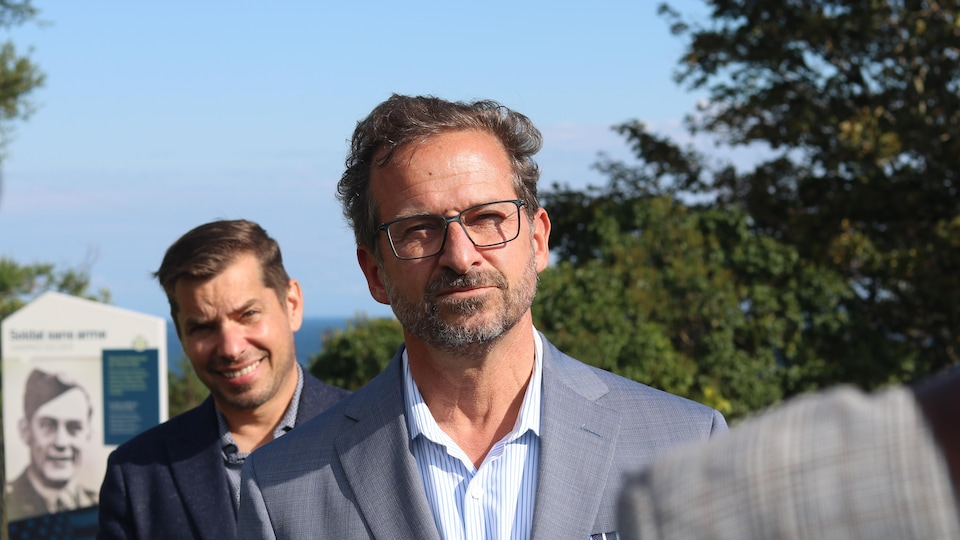 Le chef du Bloc québécois, Yves-François Blanchet, et le candidat du Bloc québécois, Guy Bernatchez.