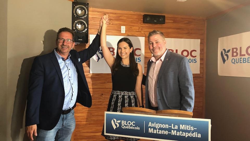Yves-François Blanchet lève la main de Kristina Michaud en signe de victoire.