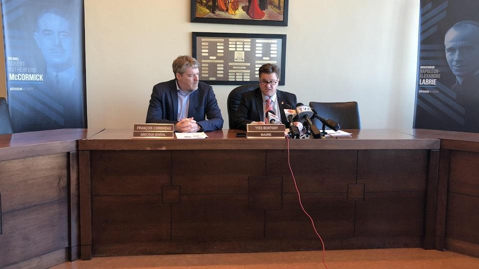 Le directeur général de Baie-Comeau François Corriveau et le maire Yves Montigny lors d'une conférence de presse.