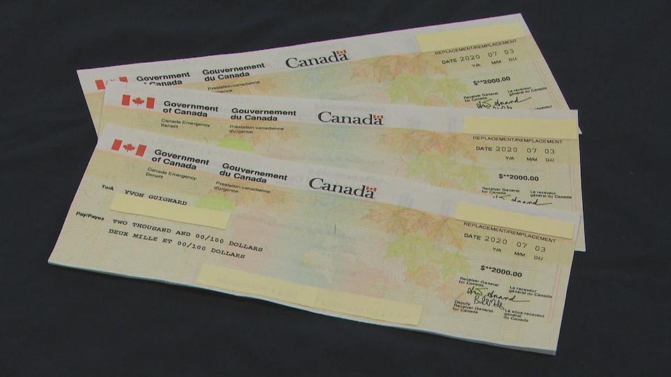 Trois chèques de la Prestation canadienne d'urgence