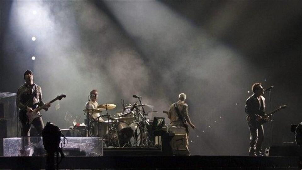 Les membres du groupe U2 sur scène.