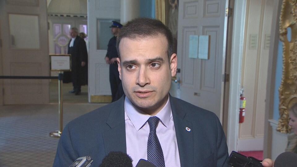 Zach Churchill donne sa version des faits dans les couloirs de Province House le 27 mars 2019.