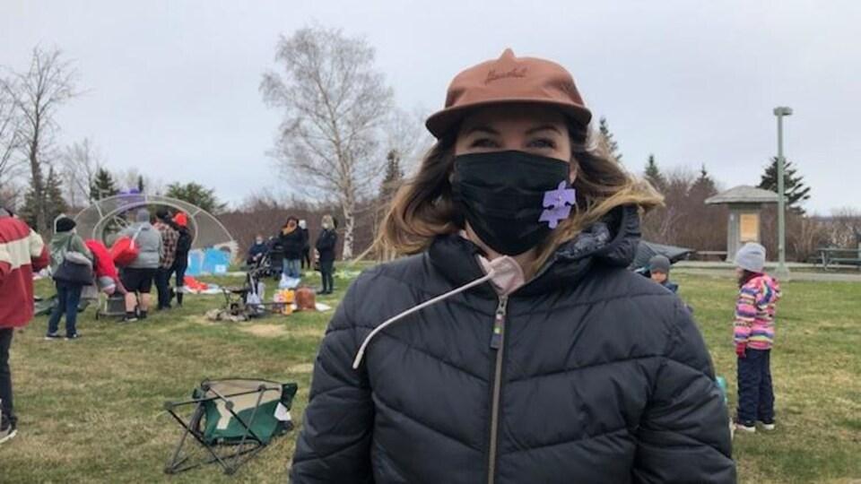 Zéa Blackburn porte un masque à l'extérieur.
