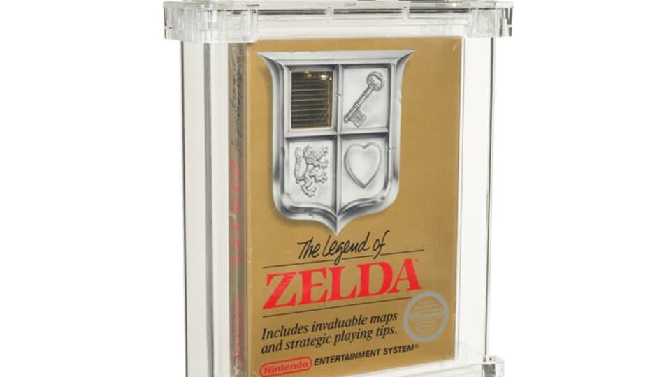 Couverture d'un exemplaire scellé d'un jeu vidéo. La boîte est ocre avec du lettrage rouge et noir et une illustration en noir et blanc.