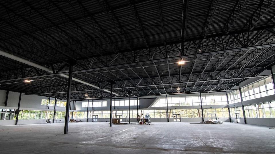Vue de l'intérieur d'une usine vide en construction.