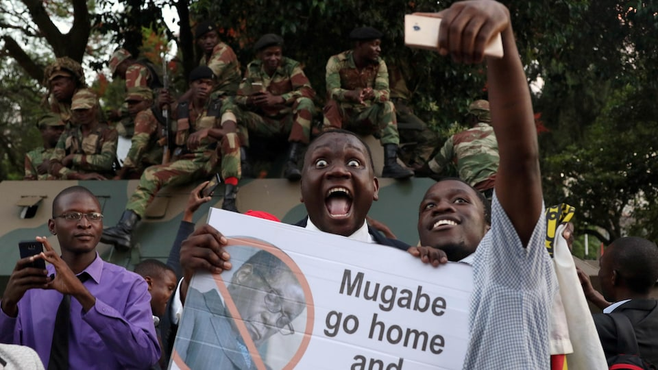 L'annonce du départ de Robert Mugabe a été saluée dans la capitale Harare par un concert de klaxons et des manifestations de joie.