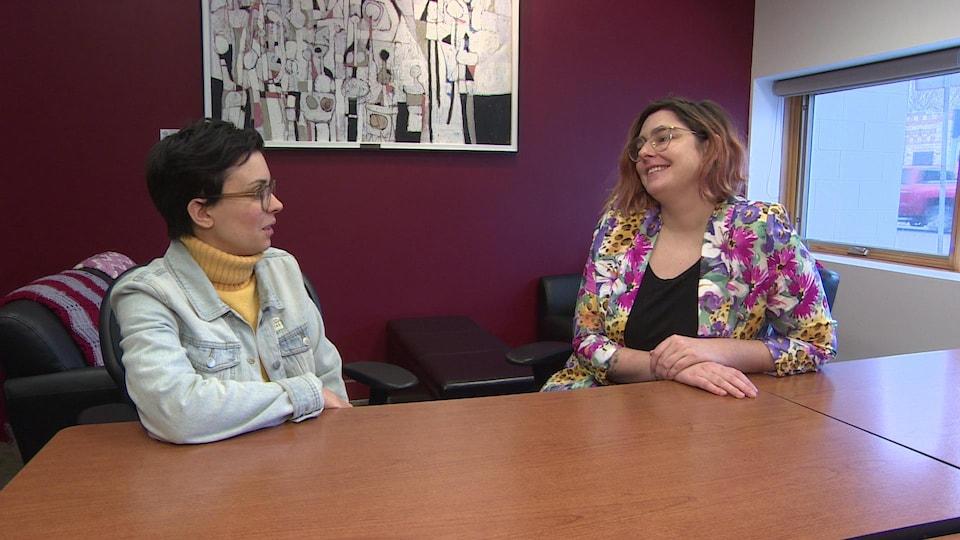Zoé fortier et Émilie Lebel discutent.