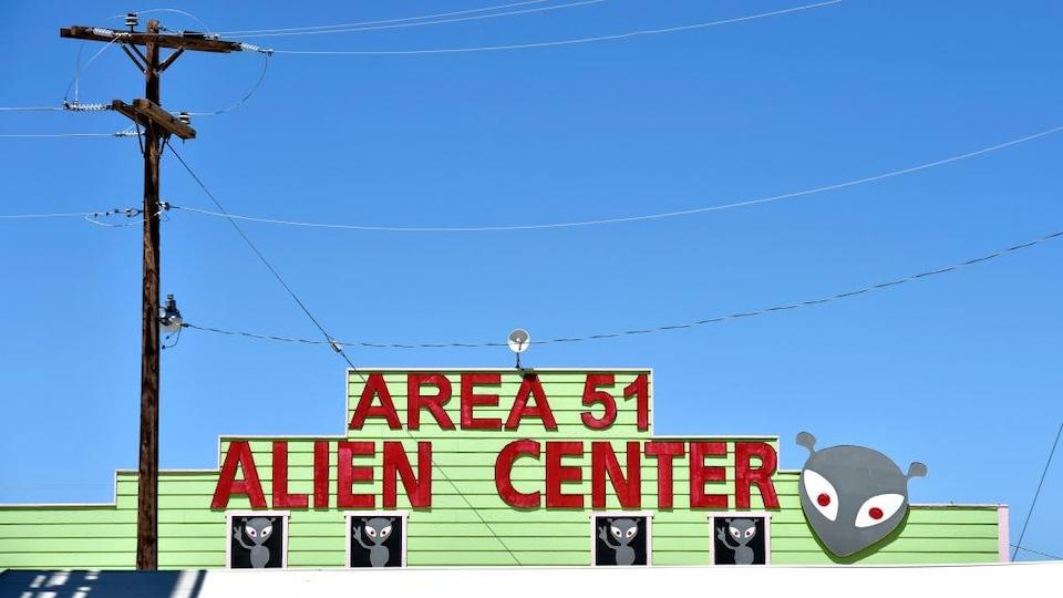 Un bâtiment vert recouvert d'images d'extraterrestres.